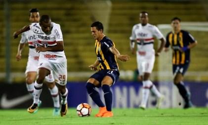 São Paulo e Rosario Central empataram sem gols na Argentina (Foto: Reuters)