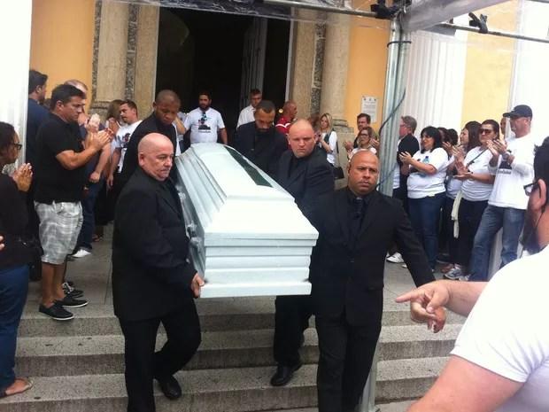 Caixão com o repórter da RBS TV Giovane Klein foi o primeiro a deixar a catedral em Florianópolis (Foto: Melina Castro/G1)