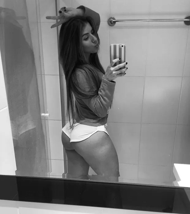 Thaís Bianca posa de shortinho para dar boa noite ao seguidores (Foto: Reprodução/Instagram)