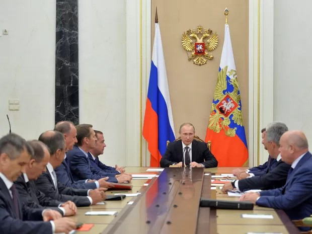 O presidente russo, Vladimir Putin, se reúne nesta quinta-feira (11) com membros do Conselho de Segurança para discutir medidas na Crimeia (Foto: Sputnik/Kremlin/Alexei Druzhinin/via REUTERS)