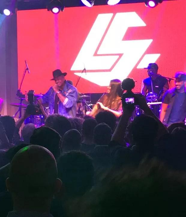 Léo Santana e Ludmilla no palco no aniversário de 22 anos da cantora (Foto: Divulgação)