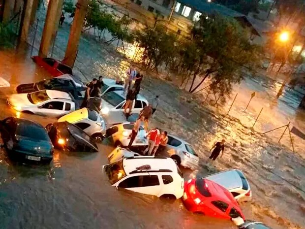 Chuva alagou a Avenida Vilarinho, em Belo Horizonte, no início da noite desta terça-feira em Belo Horizonte (Foto: Fabiana Cortes Oliveira/ Arquivo Pessoal)