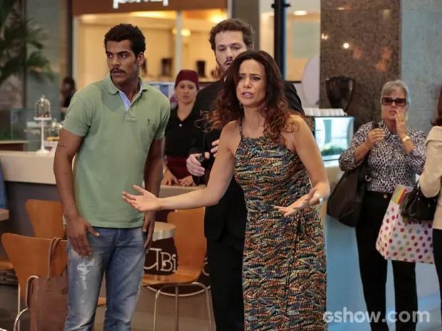 Juliana e Jairo procuram por Bia em shopping (Foto: Felipe Monteiro/ TV Globo)