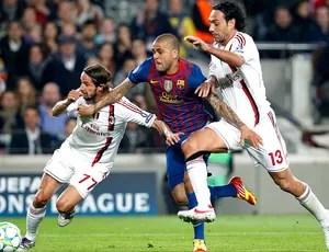 Daniel Alves na partida do Barcelona contra o Milan (Foto: Reuters)