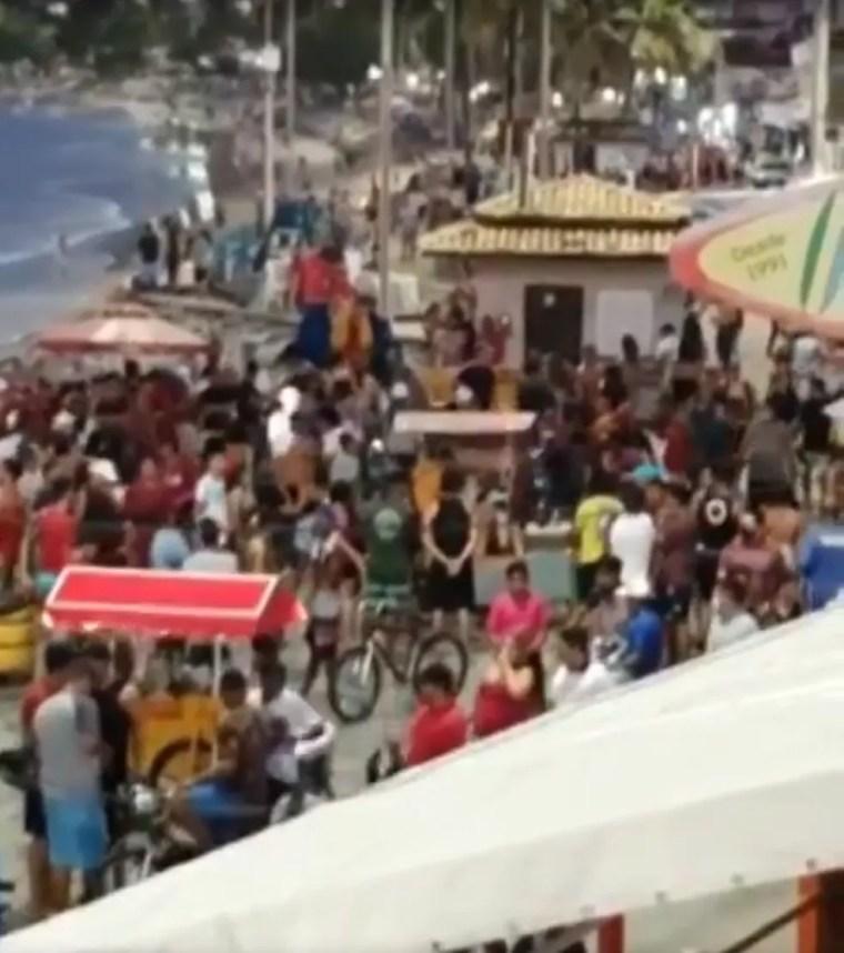 Pessoas se aglomeraram na orla da Praia de Ponta Negra, em Natal, no último domingo — Foto: Reprodução