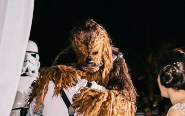 Entrega das alianças surpresa foi feita por amigo vestido de Chewbacca (Foto: Estúdio Story Makers)