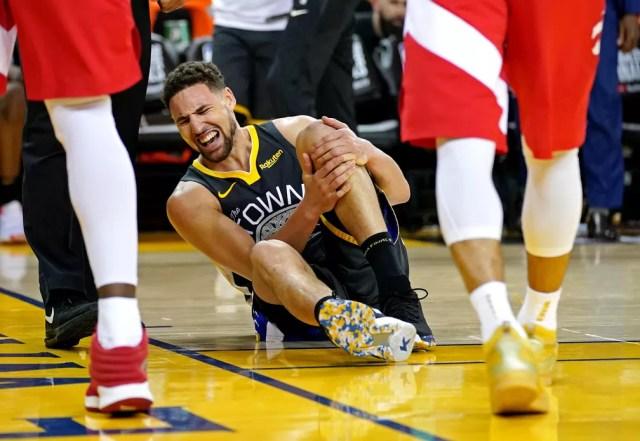 Klay Thompson machuca o joelho e deixa o jogo 6 da final — Foto: Kyle Terada/Reuters