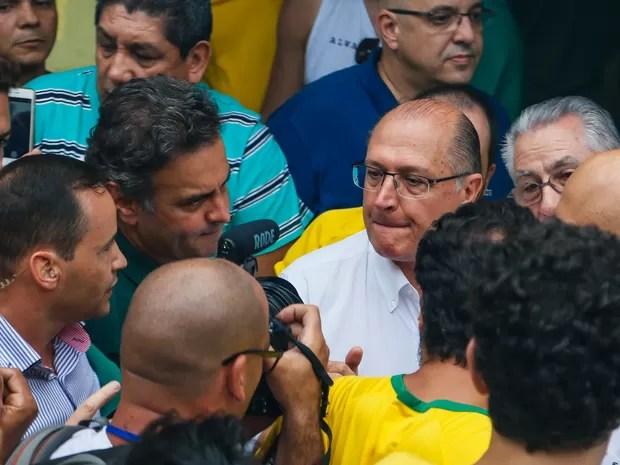 Aécio Neves e o governador Alckimin estiveram na manifestação da Av. Paulista, em São Paulo, contra o Governo Dilma Rousseff, neste domingo (13) (Foto: Marcelo D. Sants/FramePhoto/Estadão Conteúdo)
