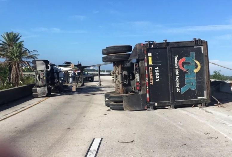 Caminhão que transportava uma peça de metal sofreu um acidente. A sucata caiu e atingiu outro veículo  (Foto: Florida Highway Patrol via AP)