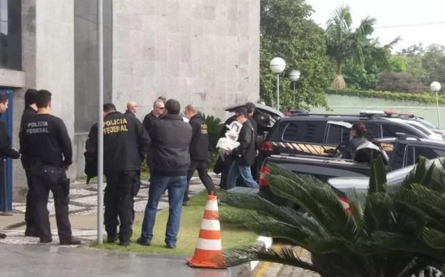 Material apreendido é levado para a sede a PF em São Paulo (Foto: isabela leite/GloboNews)