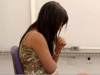 Jovem de 19 anos é suspeita de cometer assaltos na companhia do pai. (Foto: Reprodução/ TVCA)