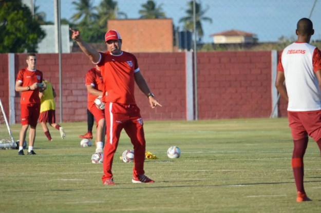 Roberto Fernandes vai mudar a escalação do CRB — Foto: Maxwell Oliveira/Ascom CRB