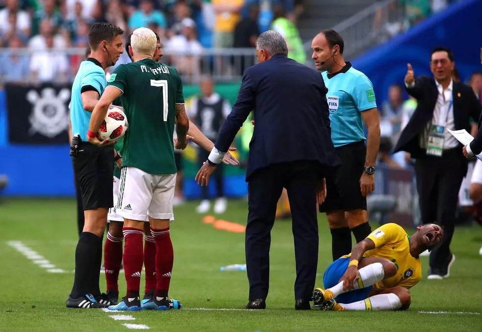 Neymar reclamou muito de pisão de Layún (Foto: Michael Dalder/Reuters)