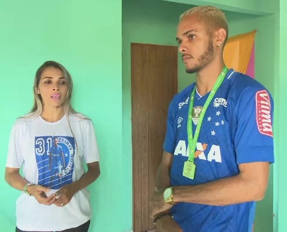 Careca com a mãe Nazaré Costa em Rio Branco; jogador adquiriu casa própria para a família (Foto: Reprodução/Rede Amazônica Acre)