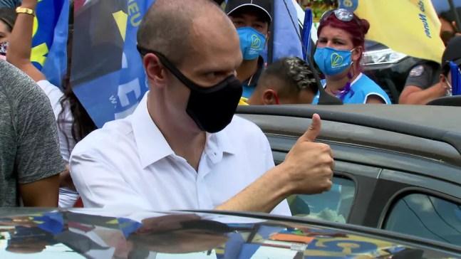 Bruno Covas (PSDB) em agenda de campanha no Capão Redondo nesta terça-feira (24). — Foto: Reprodução/TV Globo
