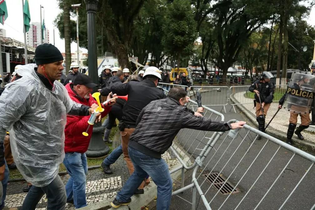 Servidores de Curitiba invadiram a Câmara Municipal nesta terça (20), quando o  'pacotaço' de ajuste fiscal seria votado (Foto: Rodrigo Fonseca)