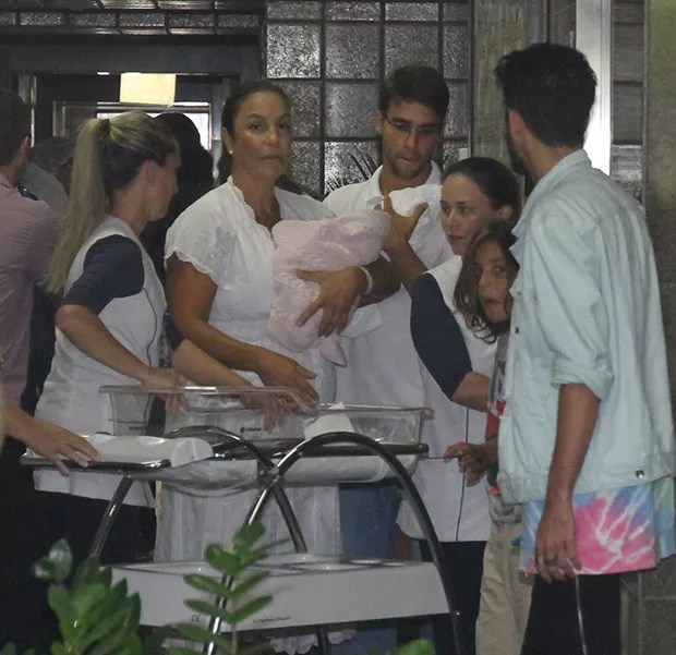 Ivete Sangalo deixa hospital (Foto: Francisco Cepeda/AgNews)