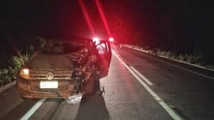 Uma pessoa morreu e três ficaram feridas após carro e moto baterem de frente (Foto: PRF/Divulgação)