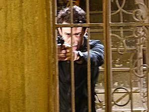 Fernando aponta arma para Vicente (Foto: Império/TV Globo)