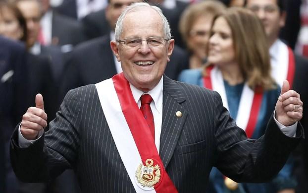 O novo presidente do Peru, Pedro Pablo Kuczynski, posa para fotos após receber a faixa e fazer o juramento no Congresso em Lima, na quinta (28) (Foto: Luka Gonzales/AFP)