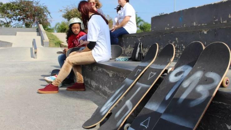Voluntários conversam com crianças e apresentam o skate a elas em Sorocaba (Foto: Kauanne Piedra/G1)