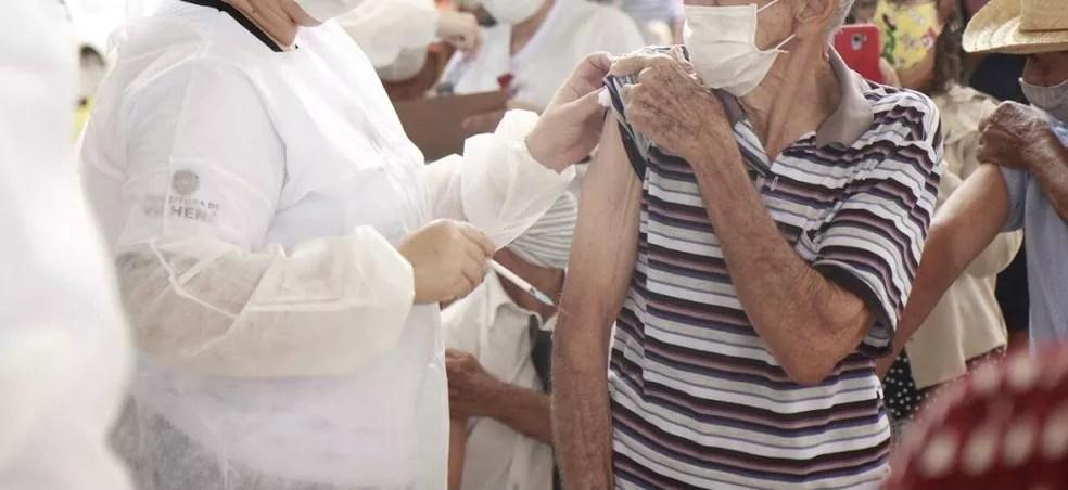 Idoso recebendo vacina contra a Covid-19 em Rondônia — Foto: Prefeitura de Vilhena/Divulgação