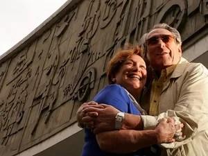 Paulo Goulart e Nicete Bruno posam para foto em frente ao Teatro Guaíra, em Curitiba, em 2008 (Foto: VALÉRIA GONÇALVEZ/AGÊNCIA ESTADO)