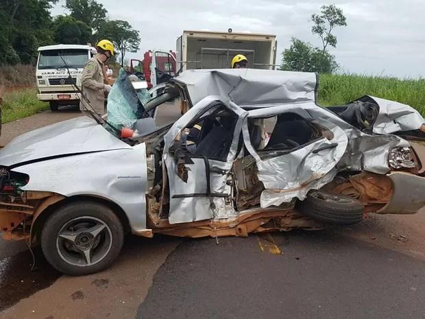Fiat Siena tentou ultrapassagem, não conseguiu e atingiu outros dois veículos, diz PRF (Foto: Divulgação/PRF)
