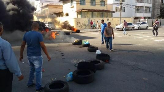 Taxistas fecharam rua em Amaralina (Foto: João Adorno/Arquivo pessoal)
