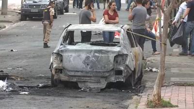 Carro da manicure Luciana Mota ficou destruído após o acidente com avião em BH — Foto: Reprodução/TV Globo
