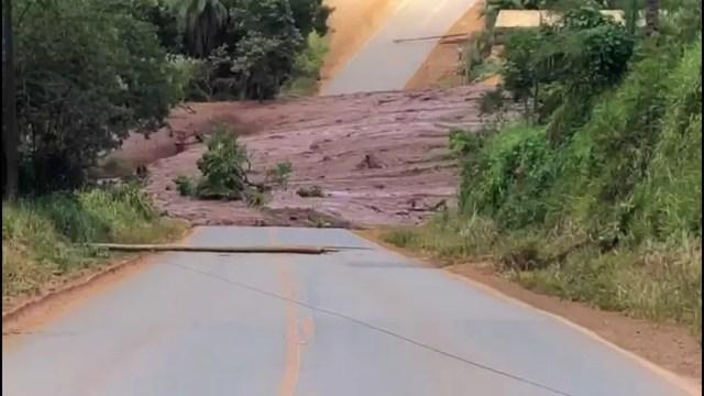Lama bloqueia passagem na estrada em Brumadinho — Foto: TV Globo
