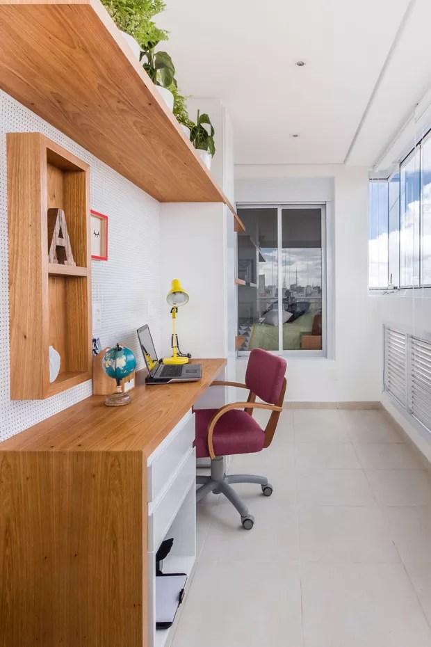 HOME OFFICE | Mesa, prateleiras e painel de Eucatex perfurado da MP Decorações. Cadeira assinada por Fernando Jaeger (Foto: Andre Araujo (ATA Photograph)/Divulgação)