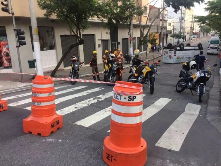 A rua foi totalmente bloqueada para a realização de perícia, segundo a CET — Foto: Abraão Cruz/TV Globo