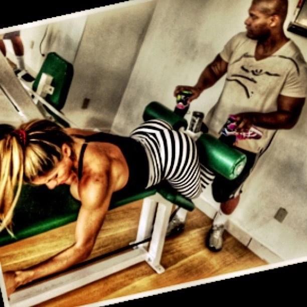 Andréa de Andrade malha e exibe braço musculoso (Foto: Instagram)
