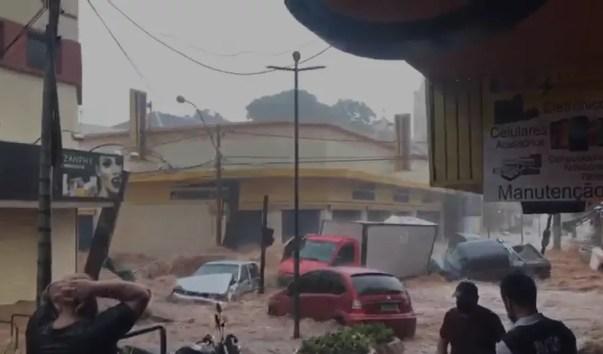 Carros foram arrastados pelo centro de São Carlos durante chuva — Foto: Redes sociais