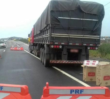 Caminhão transportava carga para João Pessoa, na Paraíba (Foto: Divulgação/PRF)