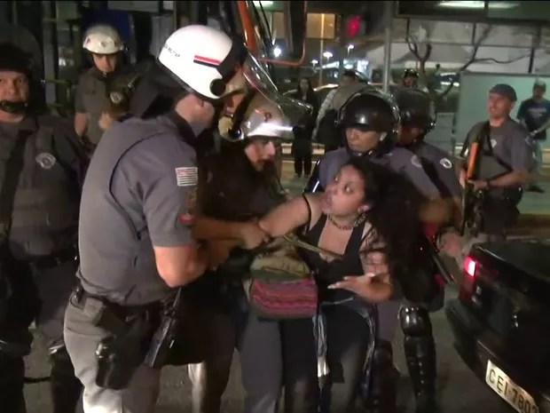 Mulher é retirada pela PM de dentro do ônibus e detida durante manifestação em Pinheiros (Foto: GloboNews/Reprodução)