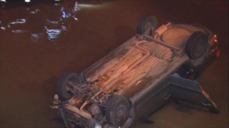 Veículo ficou com as quatro rodas viradas para cima após cair no Rio Bauru  (Foto: Reprodução/TV TEM)