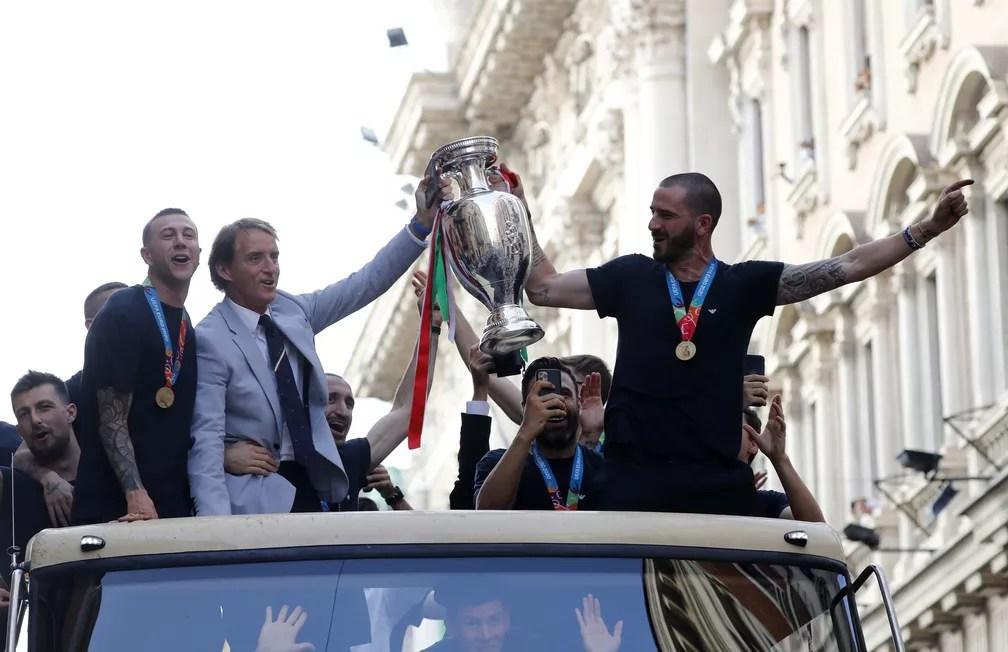 Roberto Mancini e Bonucci seguram taça da Eurocopa no desfile da Itália pelas ruas de Roma — Foto: Remo Casilli/Reuters