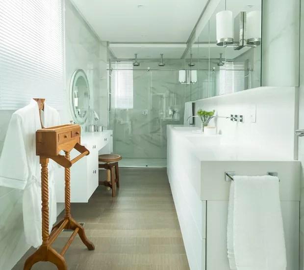 Parte do espaço livre da sala de banho veio do banheiro da suíte vizinha, incorporada ao quarto principal (Foto: Mariana Boro/Divulgação)
