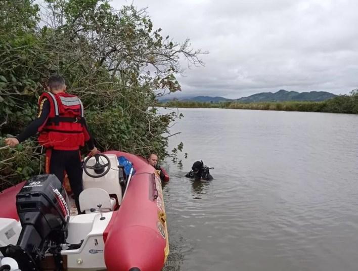 Bombeiros procuram corpos desaparecidos no rio Imaruí — Foto: Corpo de Bombeiros Militar/Divulgação