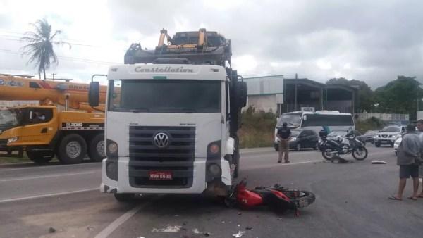 Motociclista morreu ao bater em carreta que transportava trator na BR-304, no RN (Foto: Divulgação/ PRF)