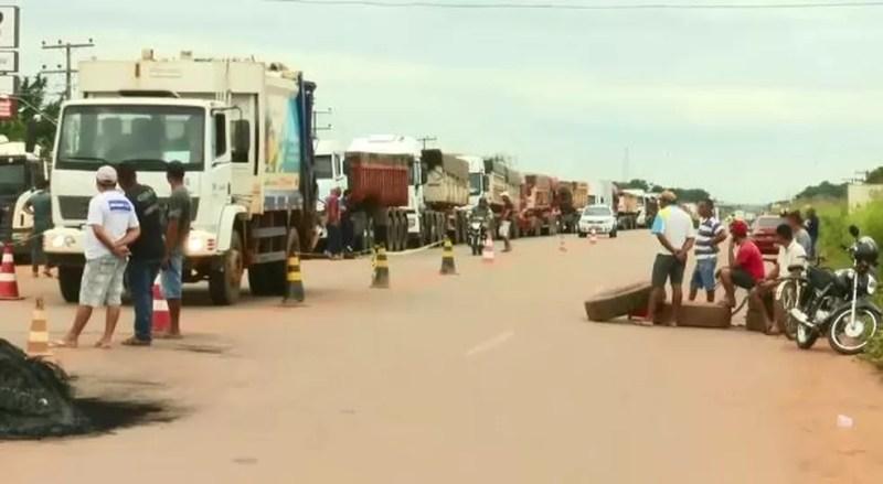 Caminhoneiros fecharam BR-364 e 317 no Acre (Foto: Reprodução/Rede Amazônica Acre)