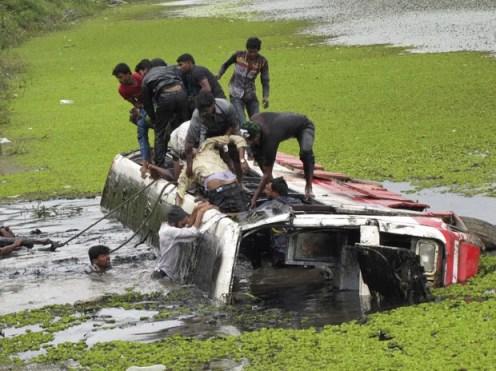 Equipes de resgate trabalham nesta terça-feira (23) no Lago Vishwa Samudra, na Índia (Foto: AP)