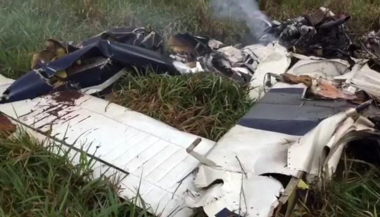 Bimotor ficou completamente destruído após cair em Coxim (MS) (Foto: Reprodução)
