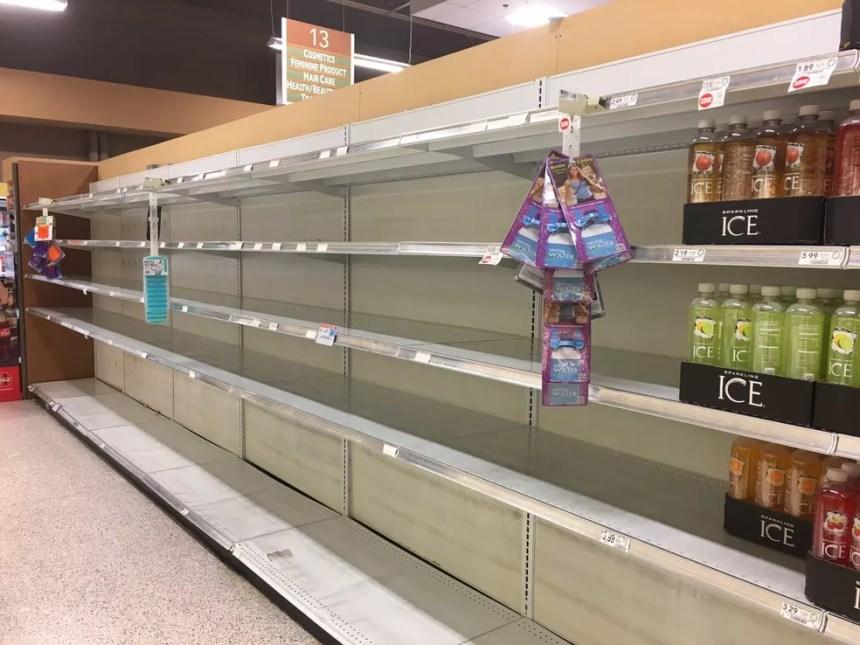 Corrida por mantimentos, água e produtos de higiene deixou as prateleiras dos mercados vazias, como mostra foto de Virgínia (Foto: Arquivo Pessoal )