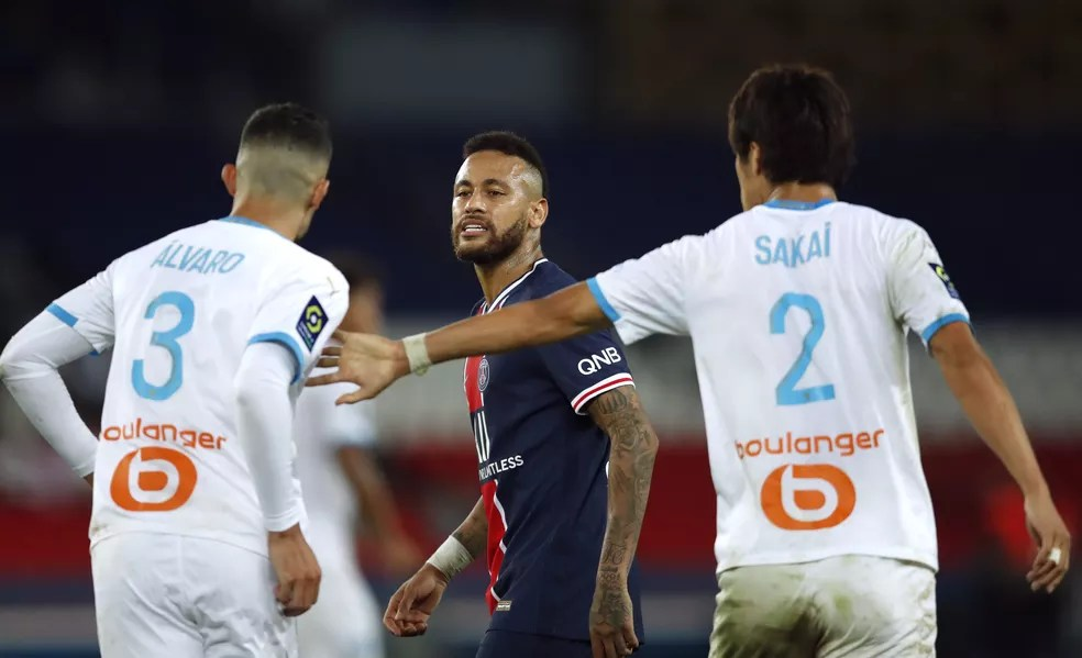 Neymar discute com o zagueiro Álvaro González — Foto: Reuters