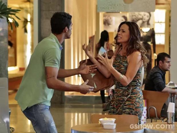 Juliana surta com Jairo quando percebe que Bia sumiu (Foto: Felipe Monteiro/ TV Globo)