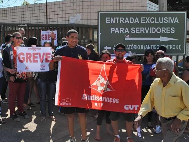 Funcionários da limpeza de hospitais públicos do DF que aderiram a greve contra atraso no pagamento do salário e do tíquete-alimentação (Foto: Sindiserviços/Divulgação)