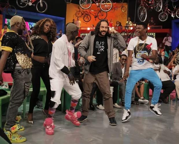 Gabriel O Pensador e o pessoal de angola dançando Kuduro (Foto: Tv Globo/João Januário)